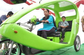 Thirty three-year-old Kohinoor, Delhi's first woman e-rickshaw driver, seen with her son (Photo: IANS)